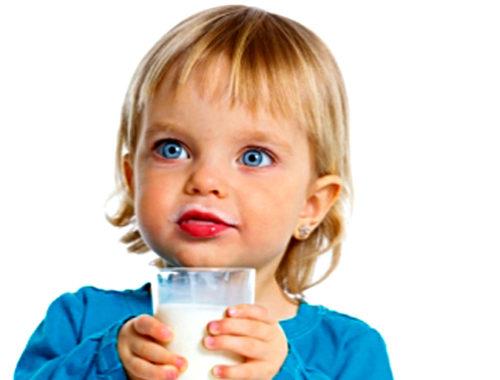 Աղջիկը կաթ է խմում