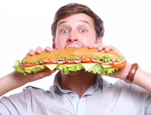 Տղամարդը ուտելիս
