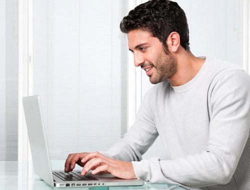 Տղան և համակարգիչը